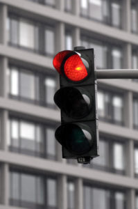Auch ein Rotlichtverstoß wird durch die Bußgeldstelle in Niedersachsen geahndet.