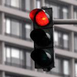 Ein Rotlichtverstoß führt zur Nachschulung.