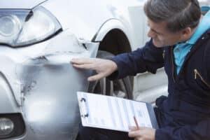 Bei der Schadensregulierung nach einem Unfall kann es auf das Urteil vom Sachverständigen ankommen.