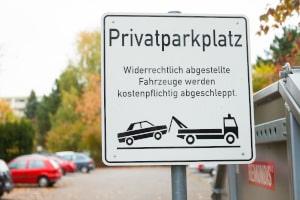 Nicht selten verrät ein Schild, dass der Parkplatz privat ist.