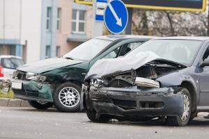 Kam es nicht nur zum Blechschaden am Auto, können Sie bei der gegnerischen Versicherung Schmerzensgeld einfordern.