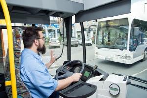 Egal ob Linien- oder Schulbus - der Warnblinker muss beim Anfahren einer Haltestelle gesetzt werden.