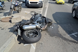 Ohne Schulterblick kann ein Motorrad leicht übersehen werden und es kommt zum Unfall.