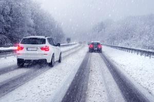 Eis und Schnee auf den Straßen in der Schweiz: Sind Winterreifen vorgeschrieben?