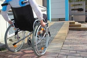 Beim Schwerbehindertenparkplatz muss auch die Umgebung einen barrierefreien Verkehr zulassen.