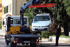 Wer einen Schwerbehindertenparkplatz ohne Berechtigung nutzt, riskiert ein Abschleppen seines Autos.