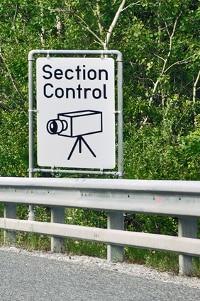 Bei Section Control drohen erst Strafen, wenn Fahrer durchschnittlich zu schnell unterwegs waren.