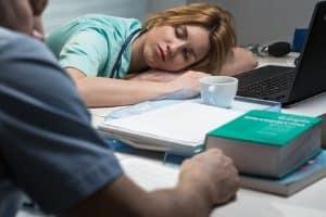 Übermüdung kann zu Sekundenschlaf mit anschließendem Unfall führen.