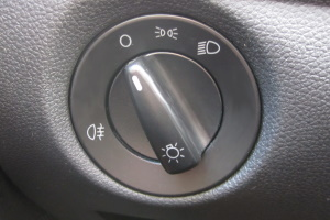 Sicherheitskontrolle beim Auto: Wie gut Fahrschüler ihr Kfz kennen, müssen sie bei der praktischen Prüfung beweisen.