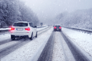 Fahrten mit Sommerreifen sollten im Winter vermieden werden.