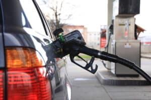 Sparsame Autos reduzieren den Kraftstoffverbrauch.