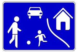 In der Spielstraße darf die Geschwindigkeit der Autos die der Fußgänger nicht überschreiten.