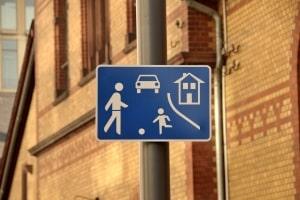 Es gibt für die Spielstraße ein Schild, das die Grenze zum umliegenden Verkehrsbereich markiert.