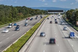 Spur wechseln mit dem Auto: Auf der Autobahn sollten Sie dabei besonders aufmerksam sein.