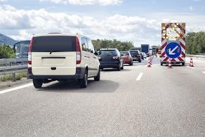 Spurwechsel: Ist die Weiterfahrt auf einer Spur nicht möglich, kommt normalerweise das Reißverschlussverfahren zum Einsatz.