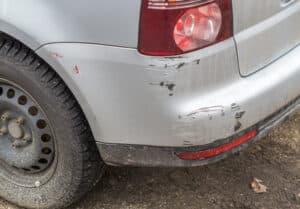 Die Strafe bei einer Fahrerflucht fällt bei Bagatellschäden meist niedriger aus.