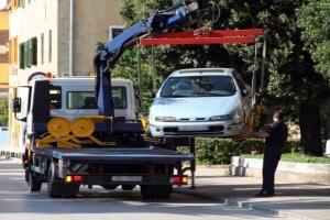 Das Abschleppen des Fahrzeugs ist eine drastische Strafe für Parken ohne Parkschein.