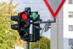 Der Strafenkatalog in Deutschland belegt auch den Rotlichtverstoß mit Sanktionen.