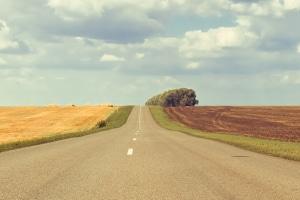 Straßenkuppe: Was ist das und welche Verkehrsregeln gelten dort?