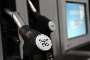 Zahlreiche Tankstellen in München bieten Kraftstoffe zum Verkauf an.