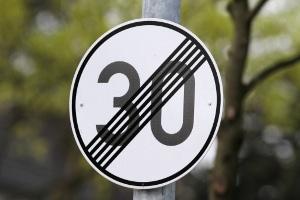 Dieses Schild hebt die Tempo-30-Zone auf.