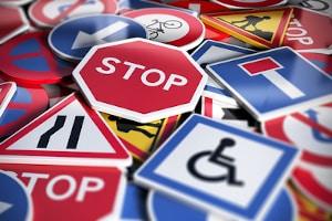 Beim Theorieunterricht reichen die Themen von Verkehrszeichen über Vorfahrtsregeln bis hin zu Verkehrsverstößen.