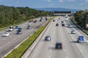 Wo liegt der Toleranzabzug, wenn ein mobiler Blitzer beim Nachfahren auf der Autobahn eingesetzt wurde?