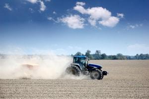 Auch ein Traktor braucht eine Versicherung. In der Landwirtschaft sind Unfälle schließlich nicht ausgeschlossen.