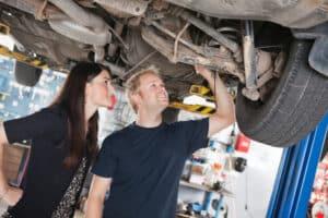 Tüv-Untersuchung unter dem Fahrzeug