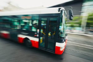 Überfüllte Busse sind nicht nur ein Ärgernis, sondern auch einen Verstoß gegen gesetzliche Bestimmungen dar.