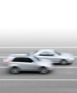 Zwei Autos überholen