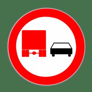 Das Verkehrszeichen 277 regelt das Überholverbot von LKW über 3,5 t