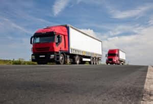 Beim Überholvorgang mit einem LKW sollte der Überholende mindestens 10 km/h schneller sein.