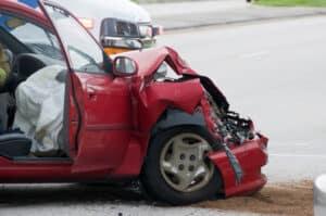 Ein Auto ist in einen Unfall verwickelt