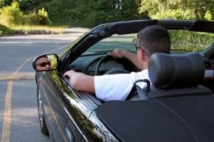 Fahrer, die bei einem Unfall nicht angeschnallt sind, riskieren, verletzt aus diesem hervorzugehen.
