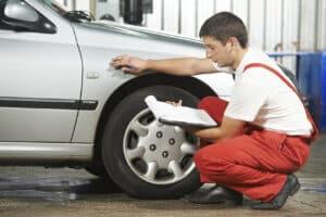 Einen Unfall auf dem Parkplatz sollten Sie unverzüglich der Polizei melden.