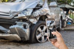 Nach dem Unfall: Um die Schuldfrage zu klären, können Fotos des Unfallortes hilfreich sein.