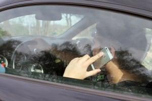 Unfall wegen Handy am Steuer: Die Strafe kommt auf das Ausmaß des Schadens an.