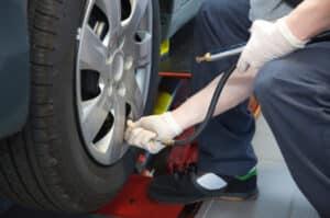 Untersuchung der Reifen beim TÜV