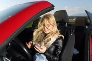 Bei der Verkehrsüberwachung werden auch Verstöße wie das Handy am Steuer geahndet.