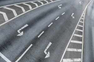 Es braucht kein spezielles Verkehrszeichen für die Sperrfläche, da die Markierung selbst das Zeichen darstellt.