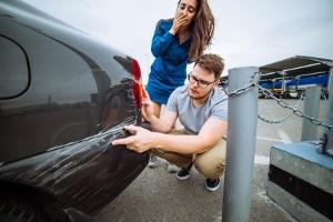 Es handelt sich unter anderem um Versicherungsbetrug, wenn am Auto ein Kratzer vorsätzlich herbeigeführt wurde.