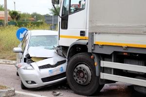 Zum Teil provozieren Fahrer Verkehrsunfälle, um anschließend Versicherungsbetrug zu begehen.