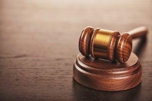 Ein Gericht kann die Vollstreckung der Erzwingungshaft anordnen.