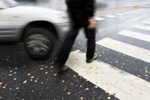 Vom Auto angefahren? Schmerzensgeld kann dem Geschädigten unter Umständen zustehen.