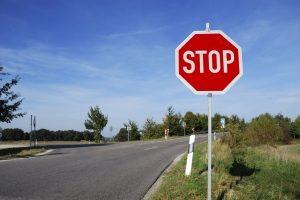 Durch Verkehrszeichen kann die Vorfahrt geregelt werden.