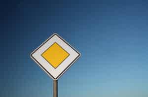 Schild zeigt Vorfahrt an