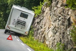 Ein Wohnmobil bis 3,5 Tonnen ist leicht überladen und kann daraufhin von der Straße abkommen.