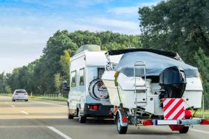 Bei einem Wohnmobil mit 4,5 Tonnen ist die Höchstgeschwindigkeit geringer, wenn ein Anhänger angekoppelt ist.