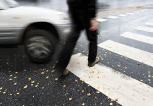 Gefährden Sie Fußgänger an einem Zebrastreifen, droht ein Bußgeld.